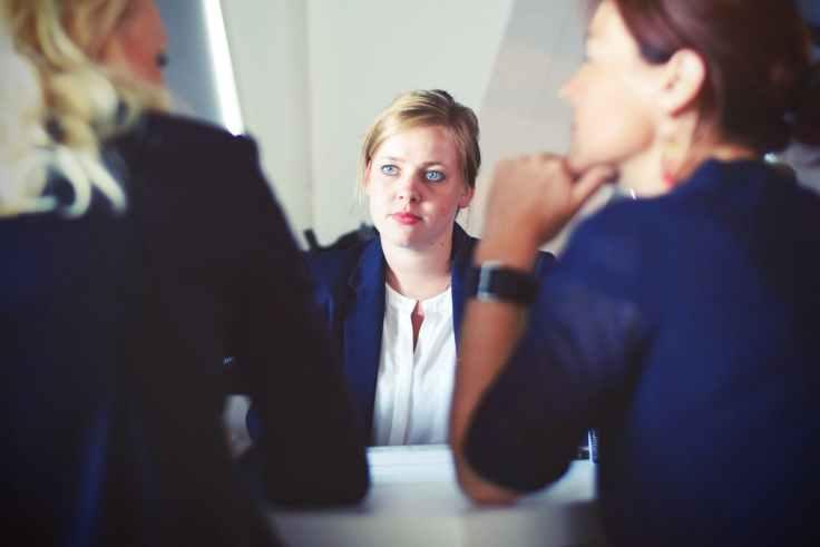 chica joven en una entrevista con 2 mujeres